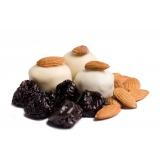 Чернослив в белом шоколаде с миндалем